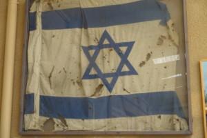 """Diese Fahne wehte während des gesamten Yom Kippur Krieg über der Festung """"Budapest"""""""